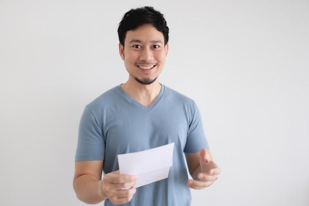 Счастливый человек держит счет-фактуру на изолированные