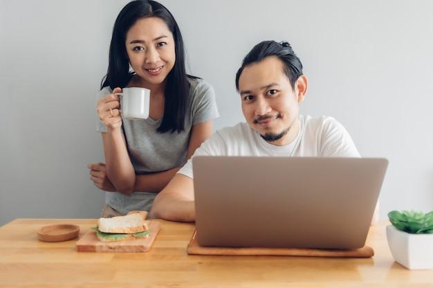 행복한 사람은 집에서 일의 개념에 그의 아내 지원과 온라인으로 일하고있다.