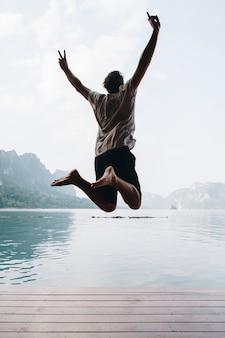 幸せな男が喜びでジャンプ