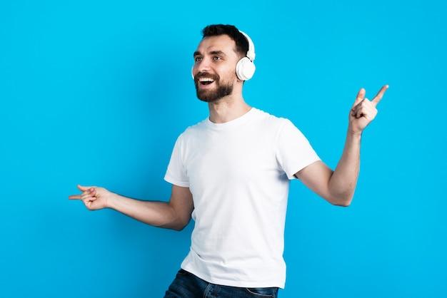 音楽を聞いて幸せな男