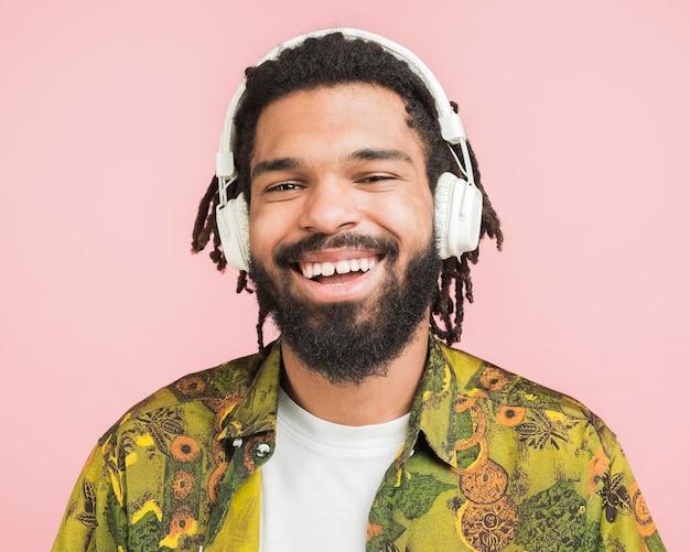 音楽を聴いて幸せな男