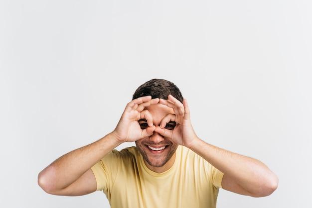Uomo felice che fa i vetri con le sue mani