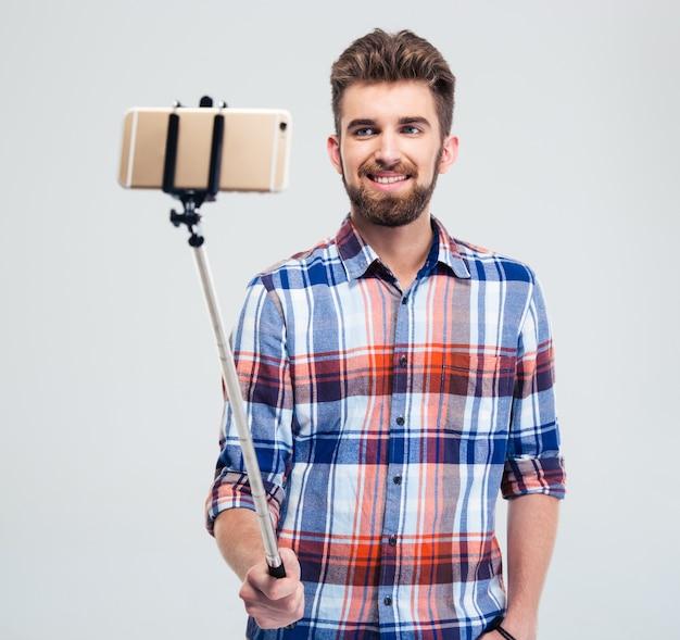 Счастливый человек делает селфи фото