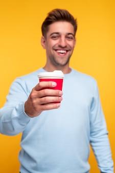 Счастливый человек, предлагающий кофе на камеру
