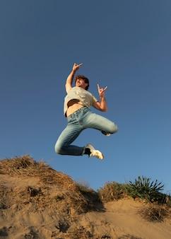 Счастливый человек на открытом воздухе прыгает