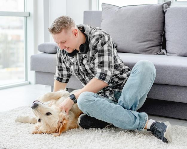 Счастливый человек ласкает милую собаку
