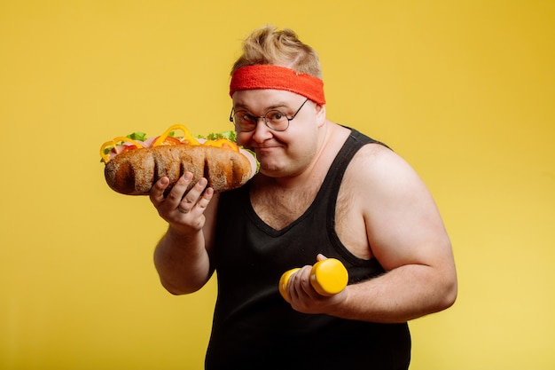 ハンバーガーを食べる準備をして幸せな男