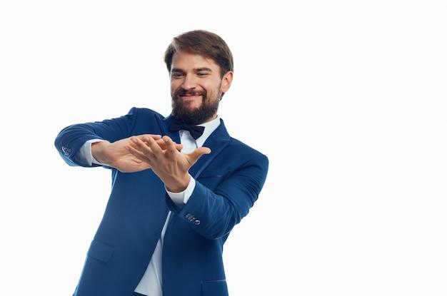 幸せな男は明るい背景のスーツモデルビジネスファイナンスにお金を散乱