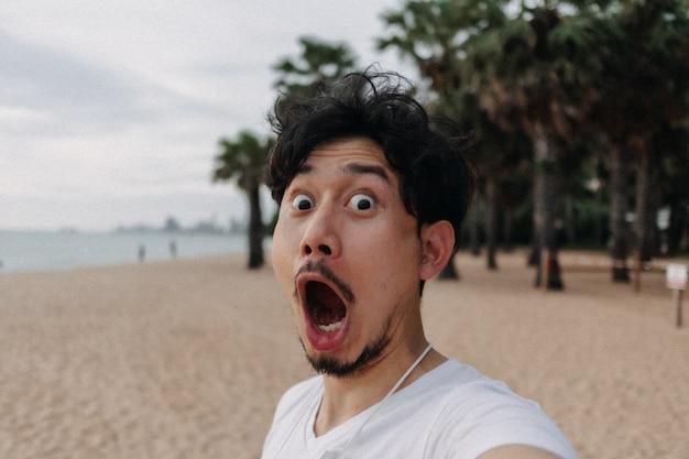 夏休みのビーチコンセプトでリラックスした幸せな男の自分撮り