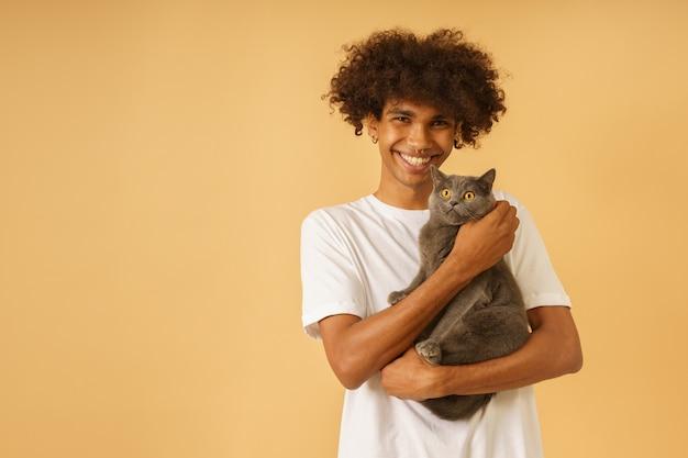 행복한 남자는 회색 고양이를 돌본다