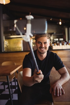 Счастливый человек, делающий селфи с мобильного телефона
