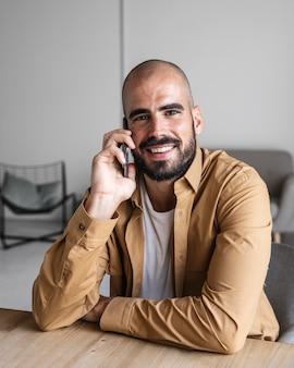 Счастливый человек разговаривает по телефону