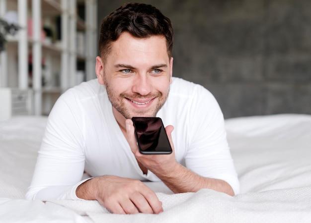 전화 통화하는 행복 한 사람