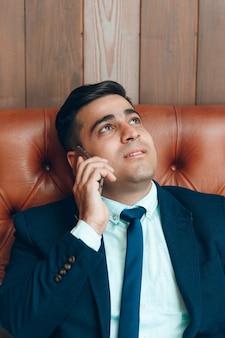 Счастливый человек разговаривает по смартфону