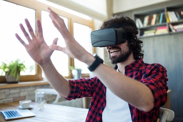 Счастливый человек с помощью виртуальной реальности гарнитуры
