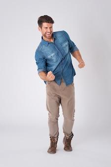 Счастливый человек в джинсовой рубашке