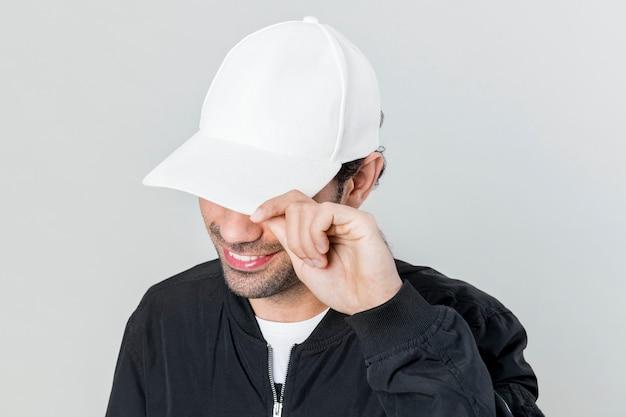 Счастливый человек в белой кепке
