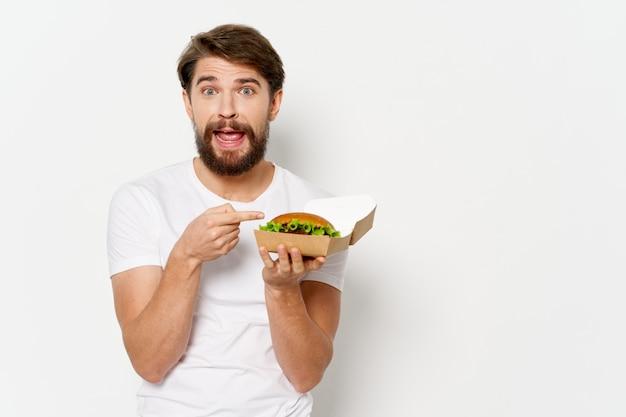 Счастливый человек с гамбургером, жестикулирующий руками