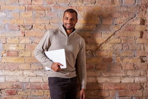 ノートパソコンで幸せな男