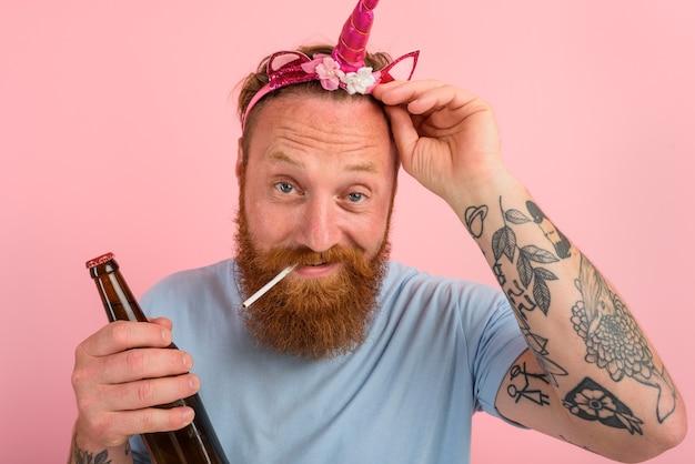 수염과 문신을 한 행복한 남자는 동화 속 공주처럼 행동한다 프리미엄 사진