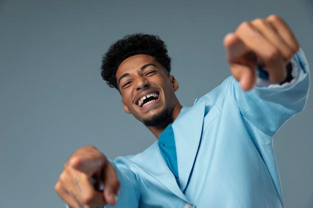 青い光沢のあるジャケットと幸せな男