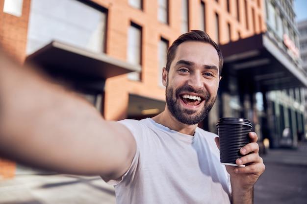 커피와 함께 행복 한 사람이 걸립니다 selfie 야외