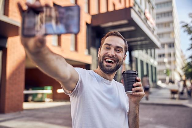 커피 한잔과 함께 행복 한 사람이 걸립니다 selfie 가까이