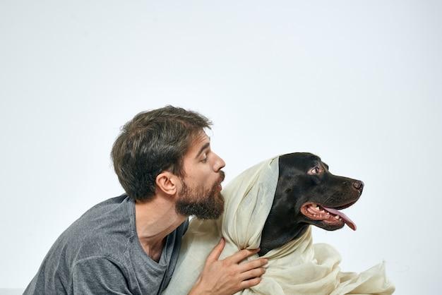犬と軽い生地の楽しいスカーフ友達ペットと幸せな男