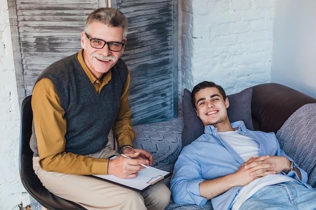 Uomo felice con il suo dottore a casa