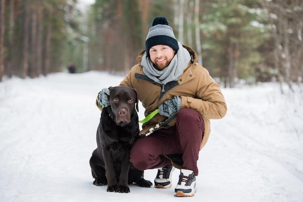 彼の犬と幸せな男