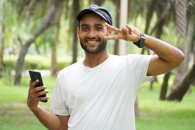 Счастливый человек с мобильным телефоном