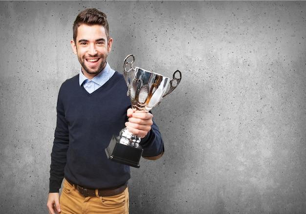 Felice l'uomo con un trofeo