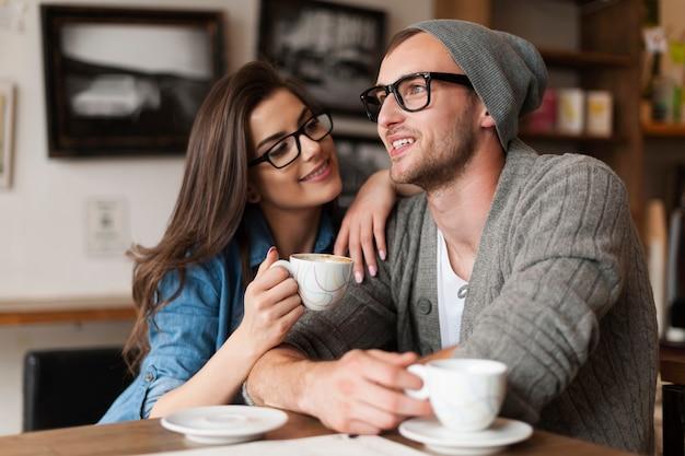 Uomo e donna felici nella caffetteria