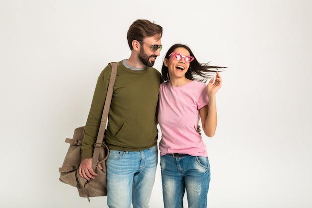 Felice l'uomo e la donna che viaggiano insieme abbracciando isolato sorridente camminando nell'amore