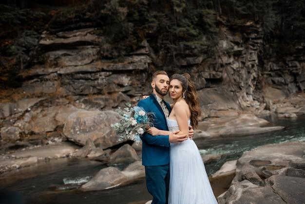 Счастливая супружеская пара, бородатый жених и влюбленная невеста с глазами, полными счастья на их свадьбе