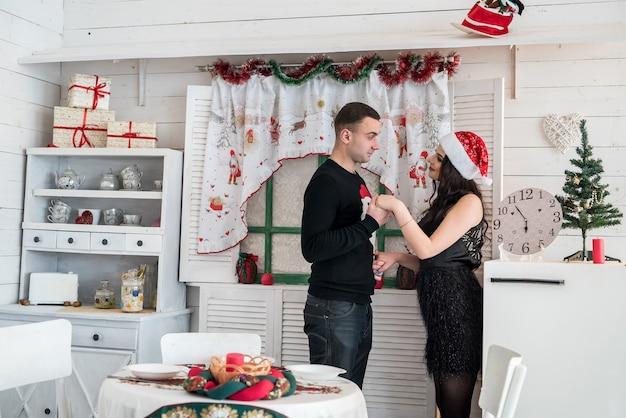 クリスマスのキッチンでポーズをとって幸せな夫婦