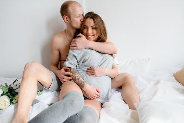 Счастливая супружеская пара ждет рождения ребенка. беременность.