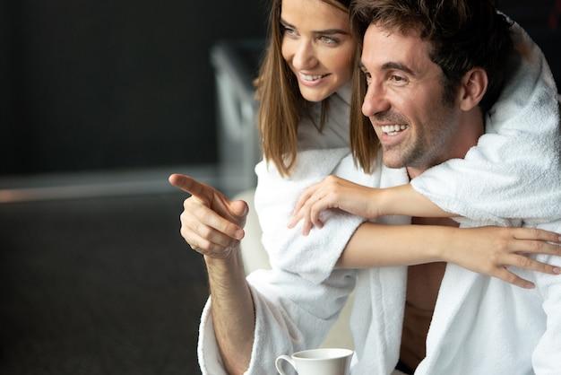 Счастливая замужняя молодая пара, расслабляющаяся на оздоровительном спа-курорте