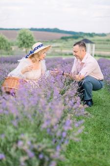 행복한 성숙한 아름다운 커플, 남자와 여자, 라벤더 꽃을 수확