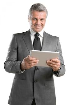 Счастливый зрелый бизнесмен, работающий с современным планшетом, изолированные на белом фоне