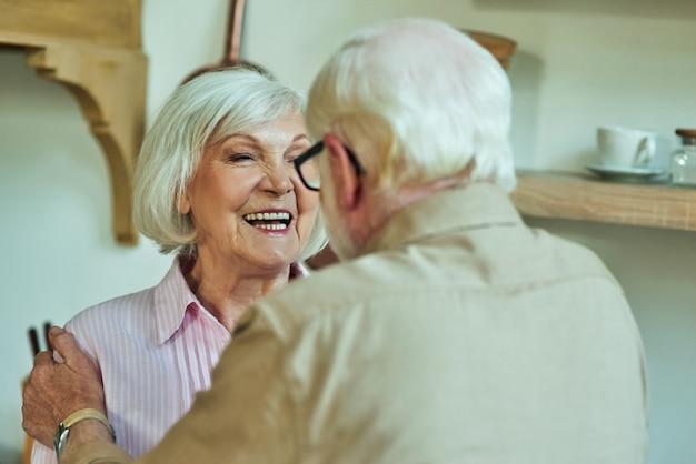 家で一緒に時間を楽しんで幸せな成熟したカップル