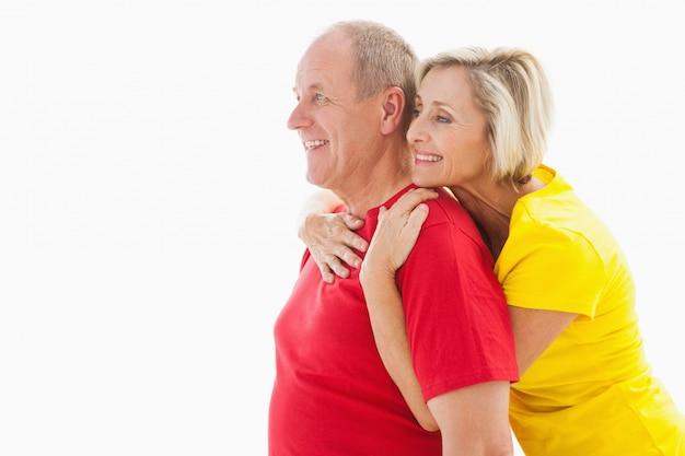 Счастливый пожилые пары обниматься и улыбается