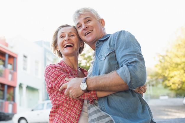 Счастливые пожилые пары, обниматься в городе