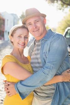 Счастливые пожилые пары, улыбаясь на камеру в городе