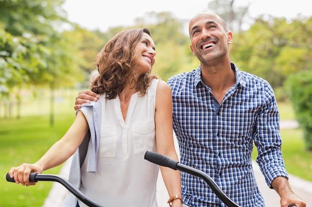 Счастливая зрелая пара