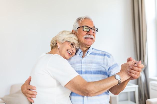 Счастливая зрелая любящая пара танцует