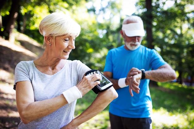 Счастливая пара зрелых людей, тренирующихся для здорового образа жизни