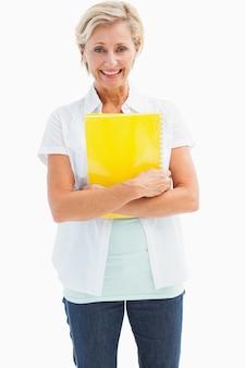 Счастливый пожилые студент холдинг ноутбук