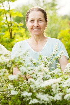 정원에서 행복 한 성숙한 여자 무료 사진