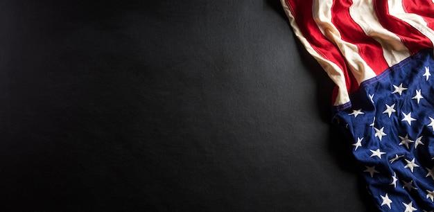 검은 나무 바탕에 미국 국기로 만든 행복한 기념일 개념